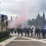 Φωτογραφίες με κουκουλοφόρους από το συλλαλητήριο δίνει η ΝΔ