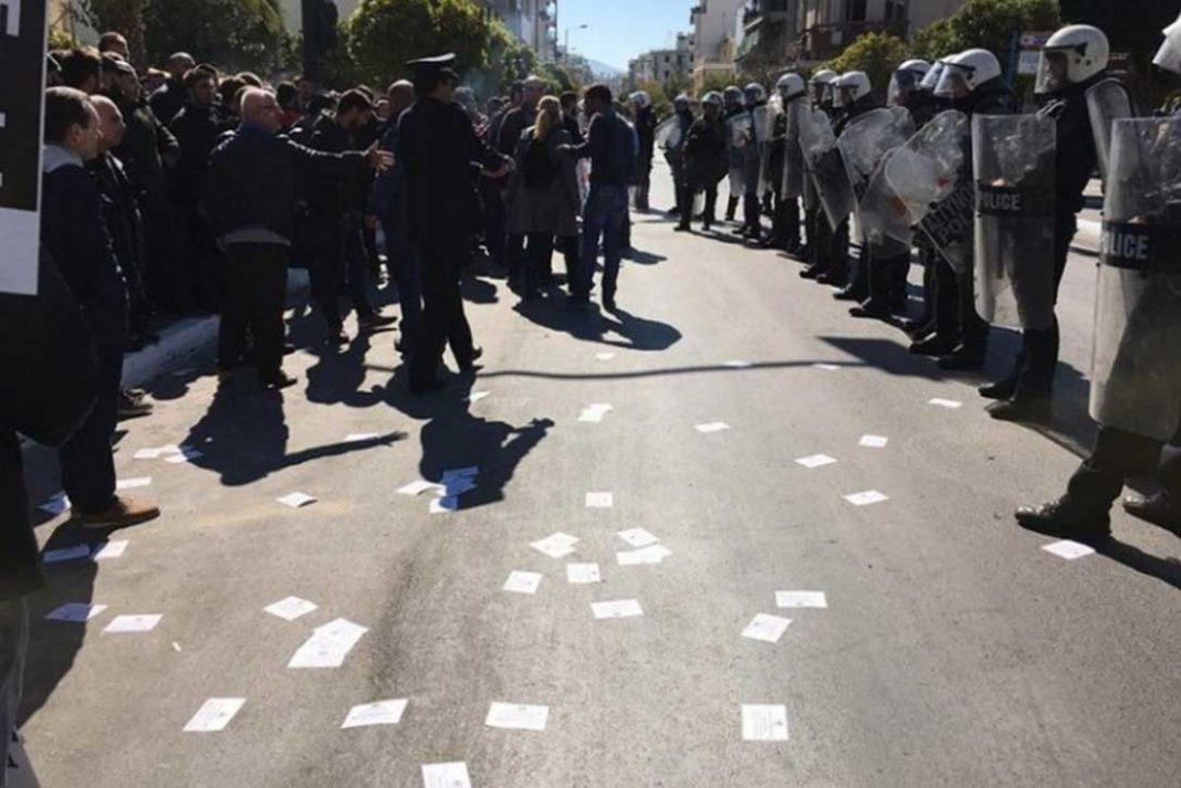 Ένταση στην έναρξη της μαθητικής παρέλασης στην Καλλιθέα- Συμπλοκές και τραυματισμοί