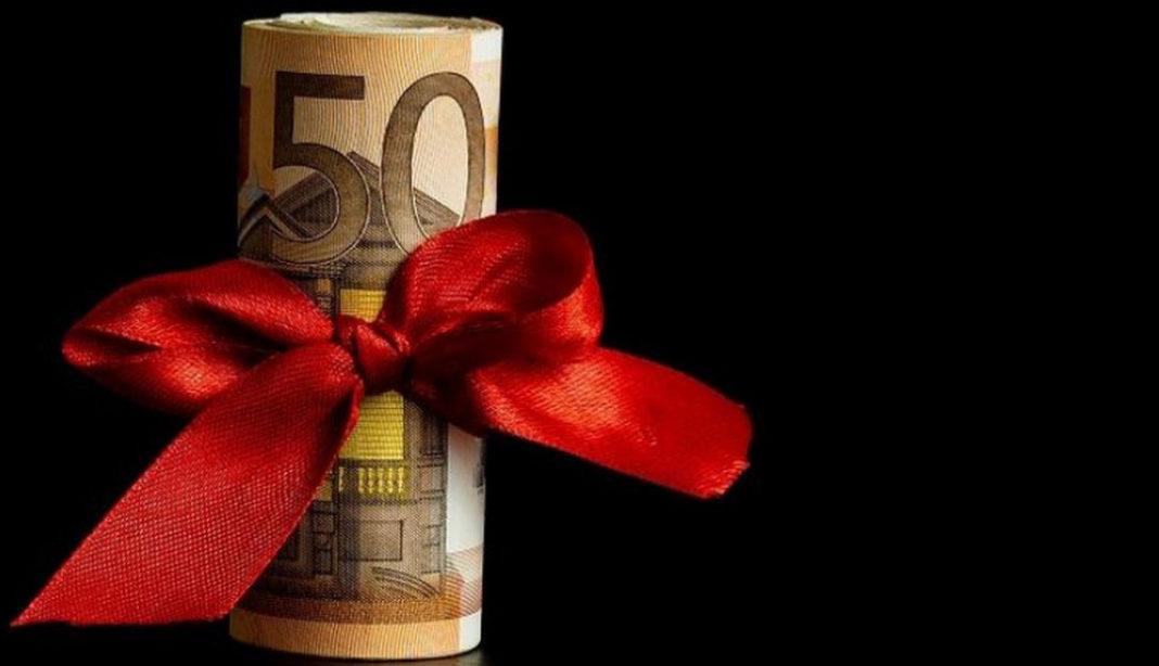 Δώρο Πάσχα Σύμφωνα με τα όσα έχουν πέσει στο τραπέζι, το επίδομα θα είναι 250 ευρώ για τους εν ενεργεία δημοσίους υπαλλήλους και 200 ευρώ για τους συνταξιούχους
