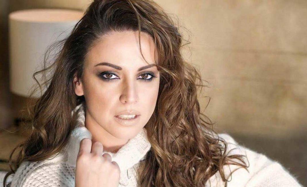 Ο λόγος για τη Ραλλία Χρηστίδου, τη γνωστή τραγουδίστρια κι ενεργό μέλος του ΣΥΡΙΖΑ, που κλήθηκε από το κυβερνών κόμμα