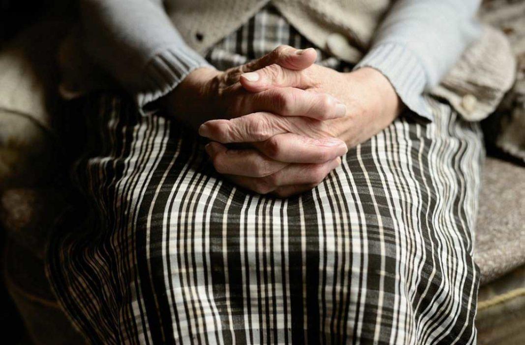 Στο σκαμνί καθίζουν 80χρονη ηλικιωμένη από την Κατερίνη που πουλούσε χόρτα. Της επέβαλαν πρόστιμο 200 ευρώ