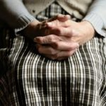 Απίστευτοι: Στο σκαμνί 80χρονη ηλικιωμένη από την Κατερίνη που πουλούσε χόρτα.