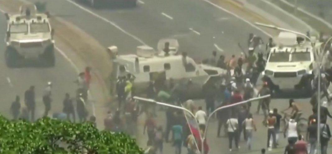 Βενεζουέλα Τεθωρακισμένα του Μαδούρο τσαλαπάτησαν διαδηλωτές