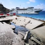 Απίστευτες καταστροφές στο λιμάνι της Σαντορίνης από τα κύματα