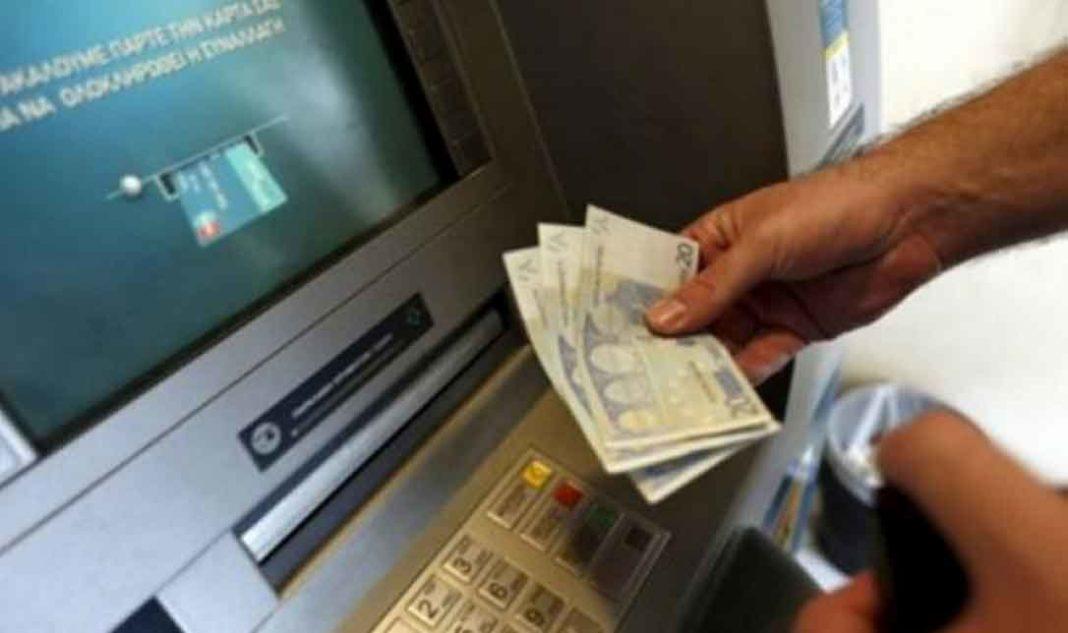 Η εποχή του δωρεάν στις αναλήψεις μετρητών από τα αυτόματα μηχανήματα των τραπεζών, τα γνωστά ATM, φαίνεται