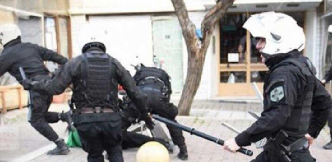 Μετά τη χθεσινή νύχτα, νέα επίθεση, αυτή τη φορά σε μέλη της ομάδας ΔΙΑΣ εξαπέλυσαν στα Εξάρχεια μια ομάδα αναρχικών το απόγευμα της Κυριακής.