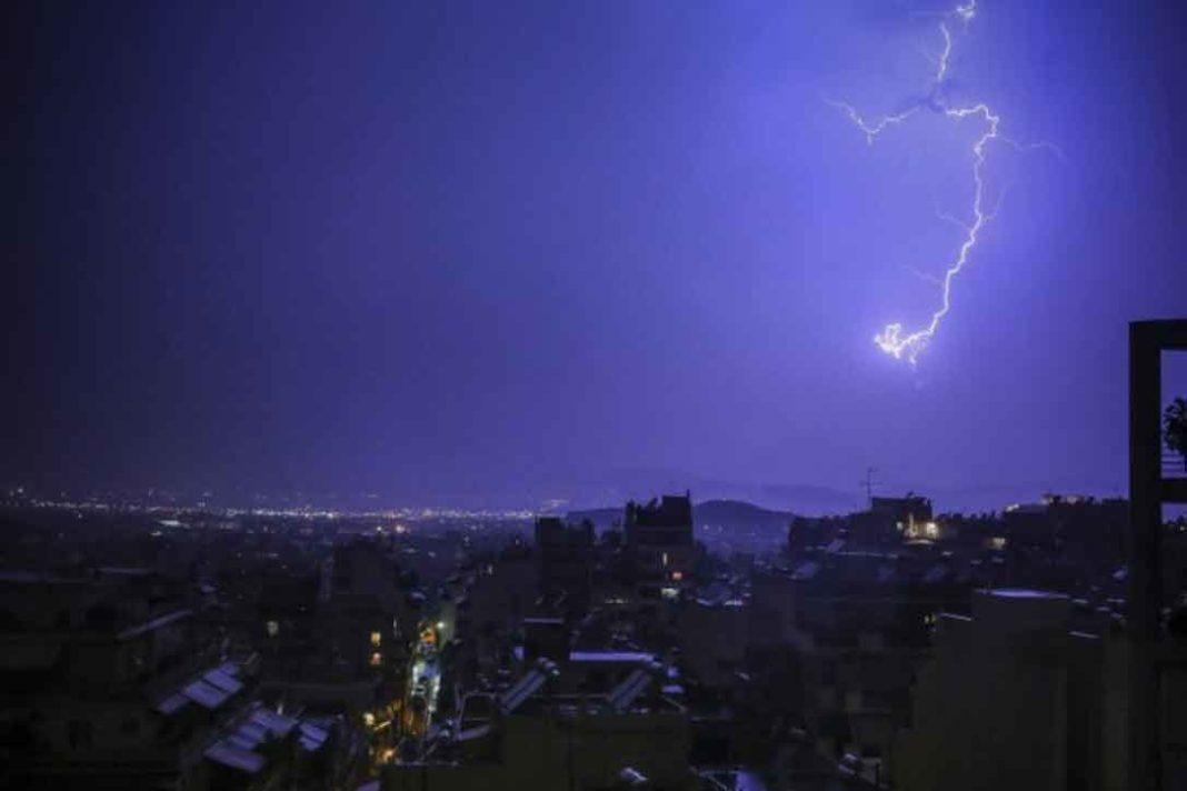 κεραυνοί Μέσα σε μία ώρα 680 κεραυνοί και 60 χιλιοστά βροχής έπεσαν το μεσημέρι στην Αττική, σύμφωνα