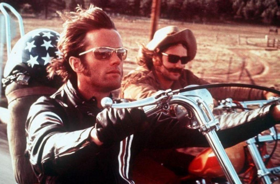 Ο αμερικανός ηθοποιός Πίτερ Φόντα, γιος του θρύλου του αμερικανικού κινηματογράφου Χένρι Φόντα και μικρός αδελφός της Τζέιν Φόντα, που έγινε διάσημος χάρη στον ρόλο του στην καλτ ταινία Easy Rider