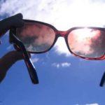Έχετε ενοχλητικές γρατζουνιές στα γυαλιά ηλίου σας; Με αυτό το κόλπο μπορούν να εξαφανιστούν σε χρόνο μηδέν