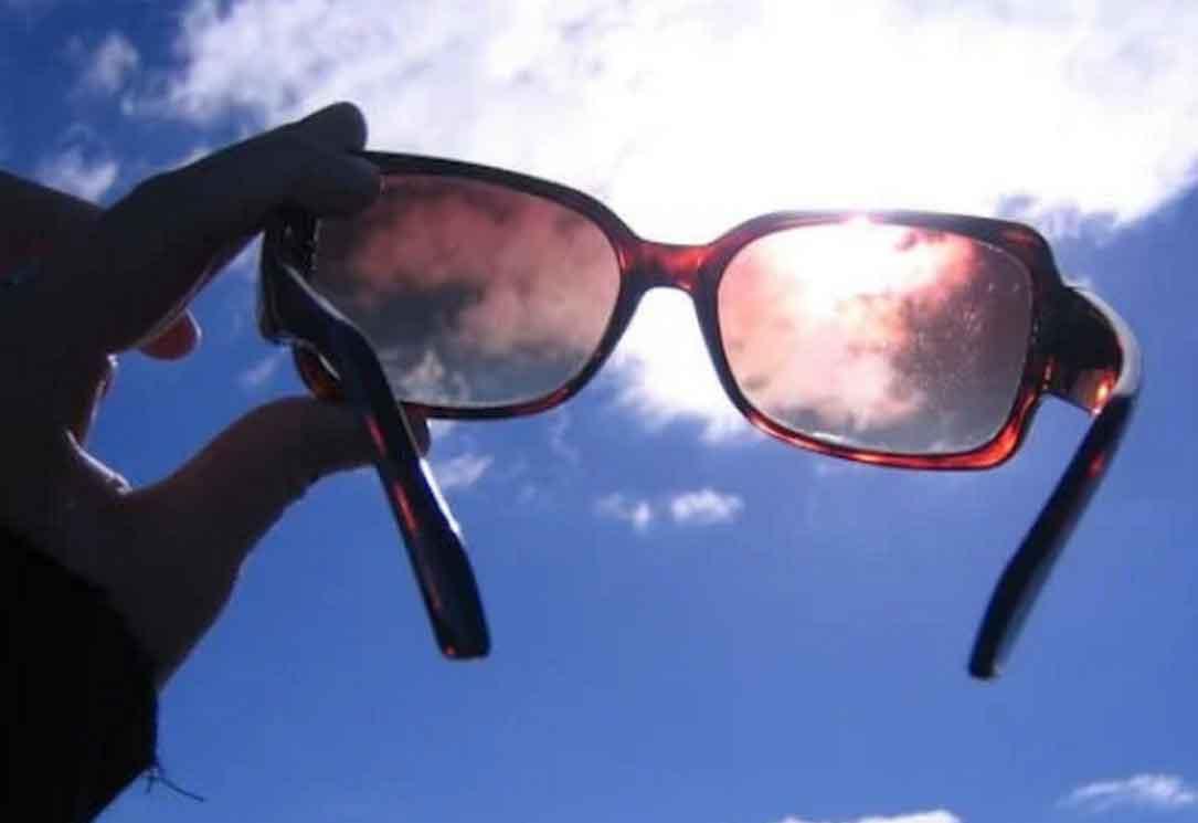 Αποτέλεσμα εικόνας για Έχετε ενοχλητικές γρατζουνιές στα γυαλιά ηλίου σας; Με αυτό το κόλπο μπορούν να εξαφανιστούν σε χρόνο μηδέν!