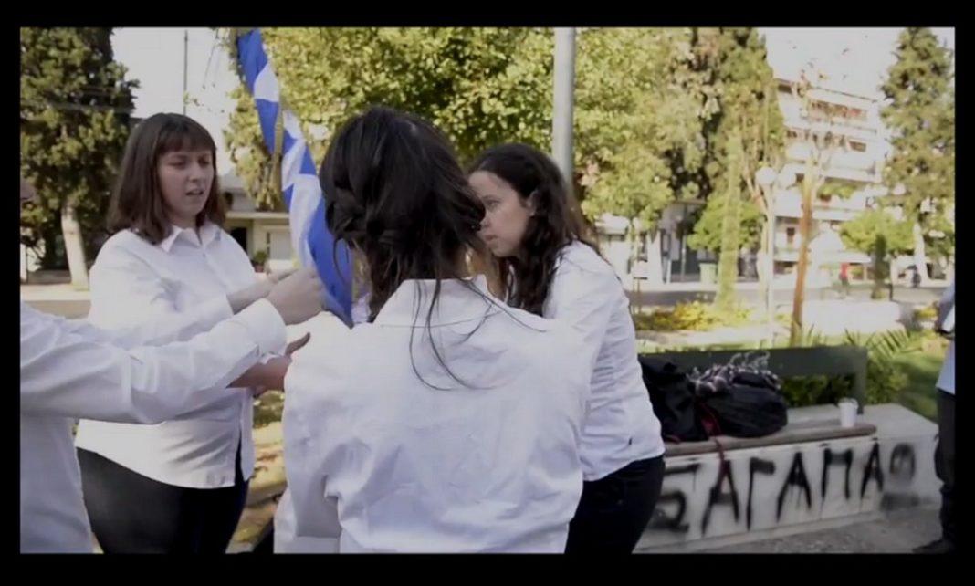 Monty Python. Στο βίντεο φαίνονται τα νεαρά κορίτσια να συζητούν πιθανότατα για το πώς