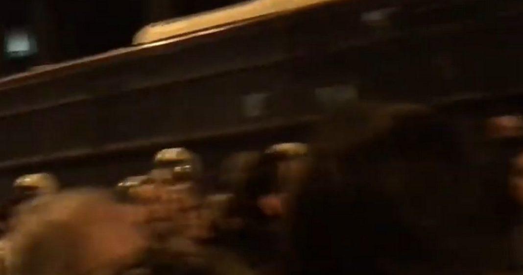 Κράξιμο και μπουκάλια εναντίον οπαδών του ΣΥΡΙΖΑ στην πορεία