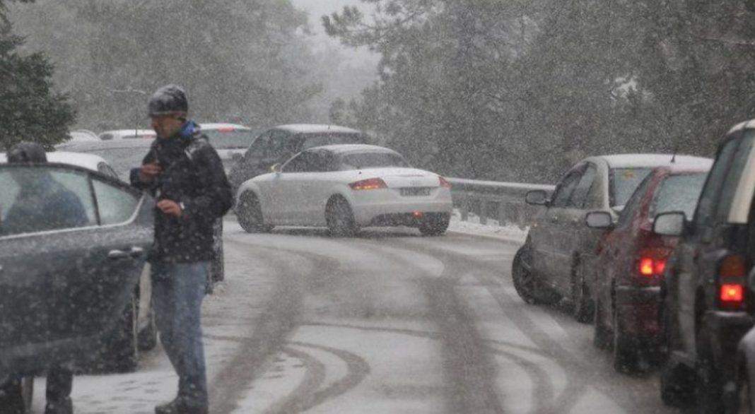 Διακοπή της κυκλοφορίας στα ορεινά της Αττικής έχει προκαλέσει η χιονόπτωση. Όπως έγινε γνωστό από την Τροχαία, η κυκλοφορία έχει