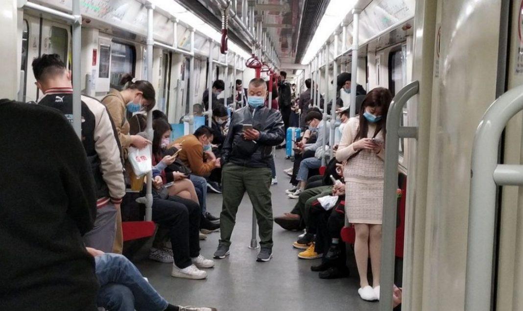 Η επαρχία Γκουανγκντόνγκ (νότος), η πλέον πυκνοκατοικημένη στην Κίνα, επέβαλε σήμερα στους 110 και πλέον εκατομμύρια κατοίκους της να φορούν αναπνευστικές μάσκες, επιχειρώντας να εμποδίσει τη μετάδοση του νέου κοροναϊού