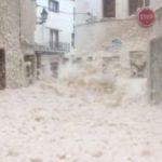Η θάλασσα ξέβρασε αφρό στην Ισπανία (video)