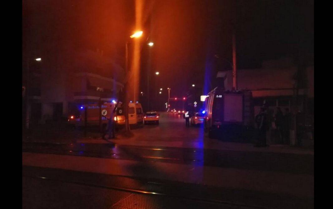 Σύμφωνα με πληροφορίες του larissanet.gr, το παιδί φέρεται να είναι τραυματισμένο. Στο σημείο έχουν συγκεντρωθεί περίοικοι
