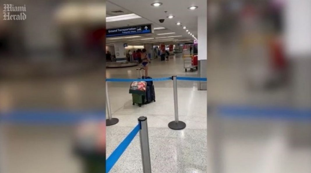 Μαϊάμι: Γυναίκα τραγουδά και γδύνεται στο αεροδρόμιο - ΒΙΝΤΕΟ