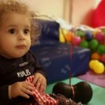 Παναγιώτης-Ραφαήλ:Oι γονείς του δημοσίευσαν βίντεο που φαίνεται ο μικρός να στέκεται όρθιος στα πόδια του.