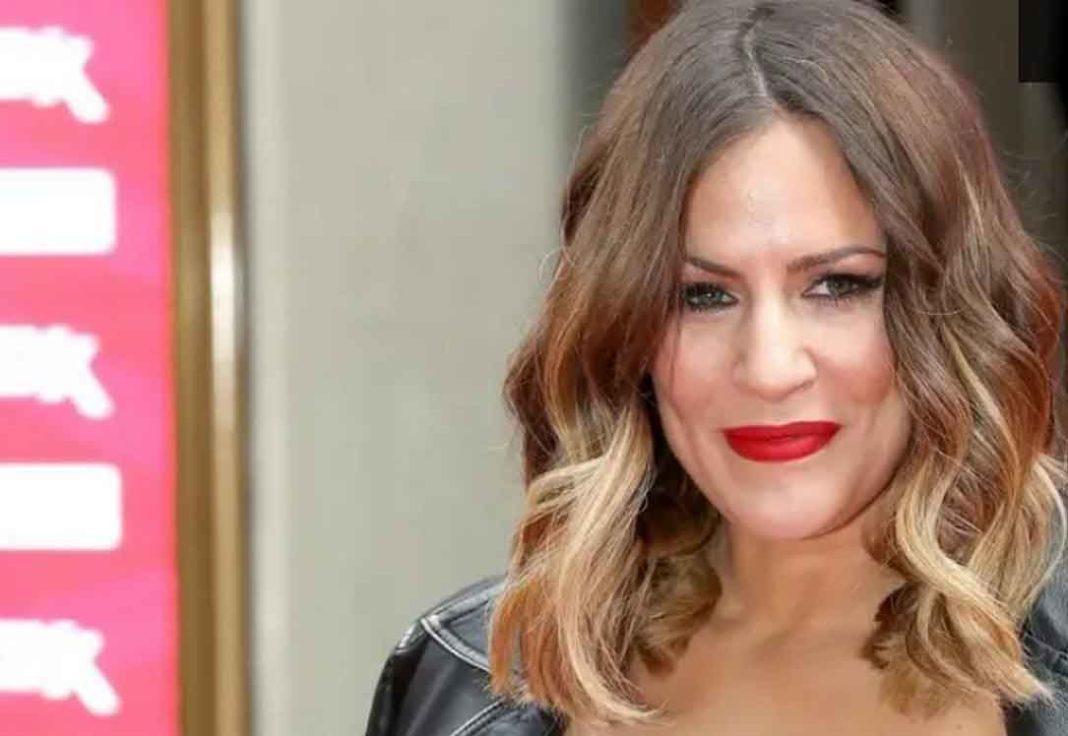 Σοκ έχει προκαλέσει στη Βρετανία ο θάνατος της 40χρονης παρουσιάστριας Κάρολιν Φλακ, η οποία βρέθηκε νεκρή μέσα στο σπίτι της.