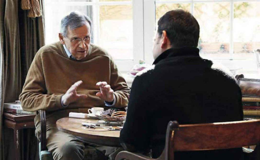 Ιδιαίτερα αποκαλυπτικός είναι ο πρώην υπουργός Στέφανος Μάνος για τον τρόπο διακυβέρνησης του Κώστα Καραμανλή του νεότερου αλλά και για την προβληματική κυβέρνηση του Κυριάκου Μητσοτάκη..