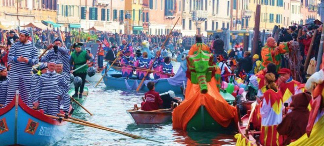 Διακόπτονται οι εκδηλώσεις για το καρναβάλι της Βενετίας, μετά τα κρούσματα κορωνοϊού στην Ιταλία. Mε απόφαση του περιφερειάρχη του Βένετο, Λούκα Τζάια