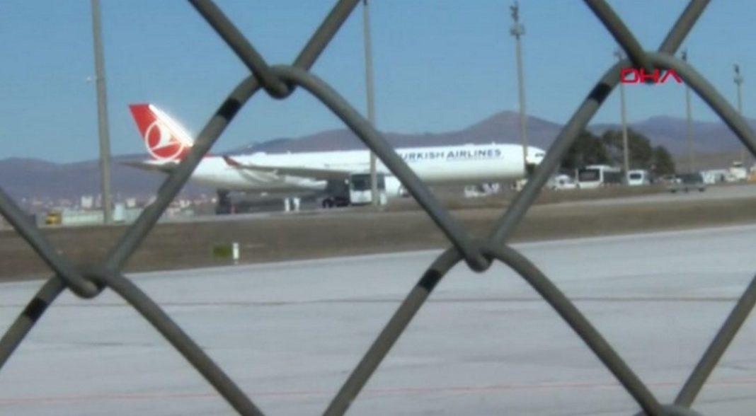 Συναγερμός έχει σημάνει στην Τουρκία για πιθανό κρούσμα κορονοϊού σε αεροπλάνο. Όπως μεταδίδουν
