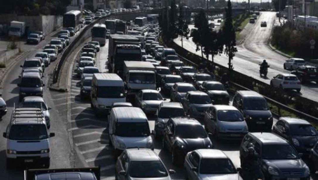 Ακινητοποιημένα τα οχήματα στην κάθοδο της Κηφισού. 14 χιλιόμετρα το μποτιλιάρισμα προς τα ΚΤΕΛ