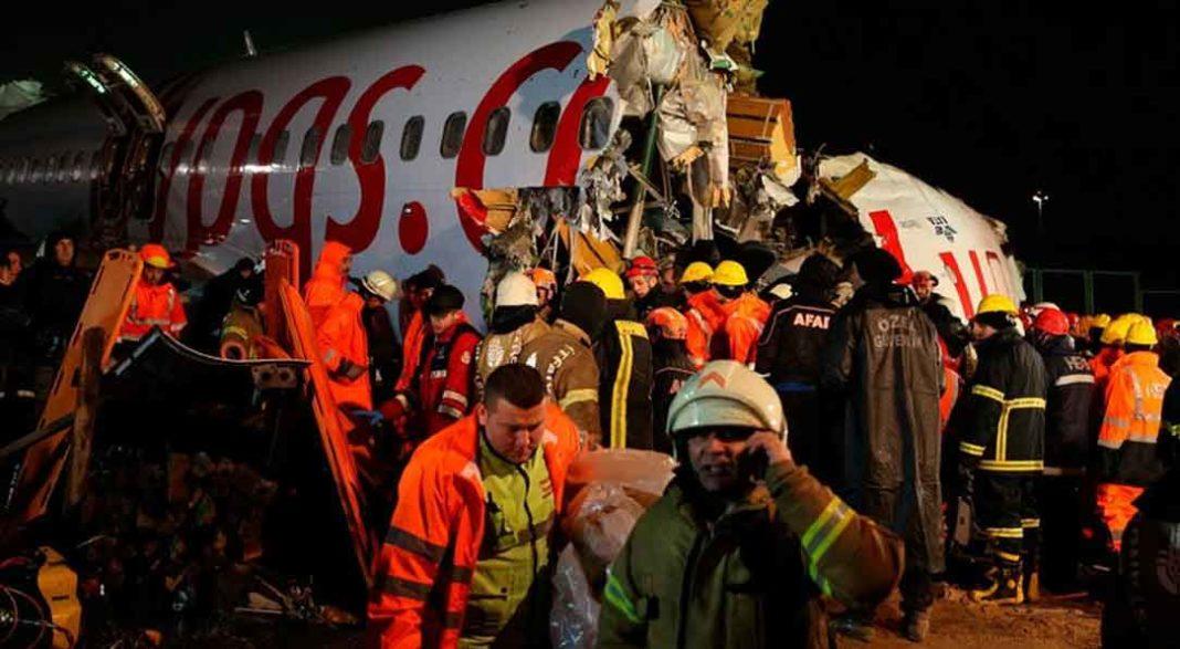 Τουρκία: Καρέ - καρέ η στιγμή που το αεροσκάφος κόβεται σε τρία κομμάτια