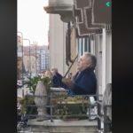 """Ο  Ιταλός βαρύτονος Armando Ariostini τραγουδά το  """"Va pensiero"""" στο μπαλκόνι του στο Μιλάνο"""