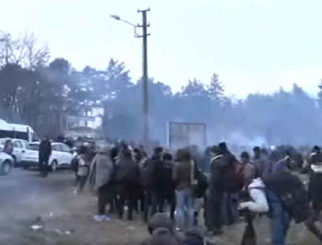 Νέα επεισόδια σημειώθηκαν το πρωί της Καθαράς Δευτέρας στον Έβρο, με δακρυγόνα και χημικά που έπεσαν από την τουρκική πλευρά.