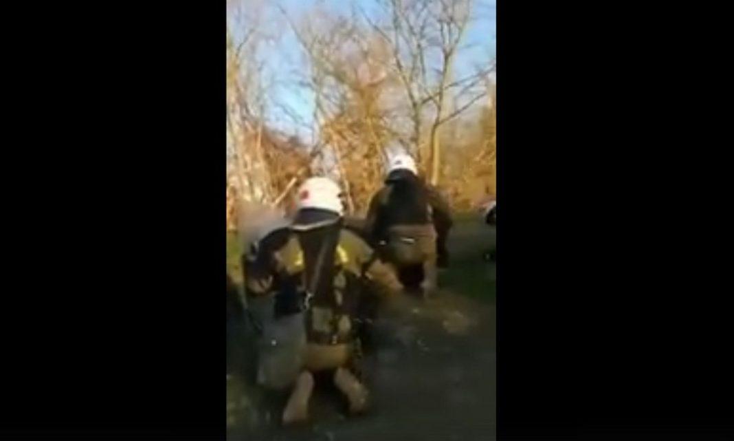 Πριν λίγο δημοσιεύθηκε βίντεο στο οποίο απεικονίζονται δυνάμεις των ΜΑΤ να είναι πρηνηδόν καθώς ακούγονται πυρά από την τουρκική