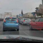 Με Μητροπάνο, αλά Τσίπρα, το γλεντάνε οι εγκλωβισμένοι οδηγοί στη κοσμοπολίτικη Γέφυρα Καλυφτάκη
