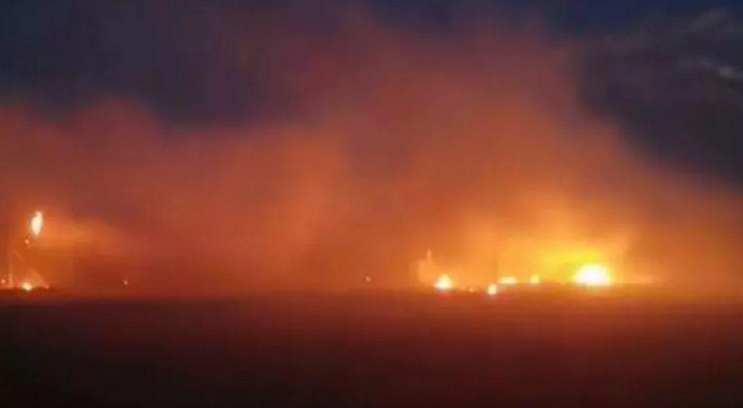 Επεισόδια στα ελληνοτουρκικά σύνορα στον Έβρο, καθώς πρόσφυγες και μετανάστες έχουν ανάψει μεγάλες φωτιές και επιχειρούν να ρίξουν το φράχτη.