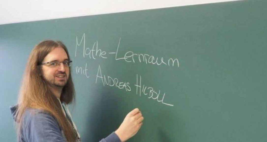 Μέσα σε μεταλλικό φέρετρο κηδεύτηκε ο 42χρονος Γερμανός καθηγητής, Andreas Hilboll, το πρώτο θύμα του κορονοϊού στην Κρήτη. Ο 42χρονος, πέθανε