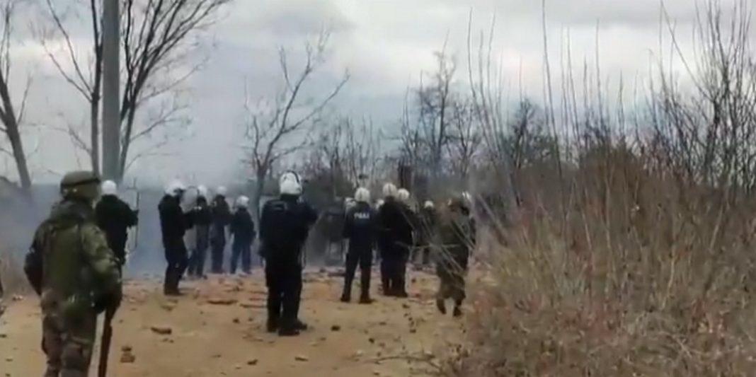 Βίντεο που κυκλοφόρησαν στο twitter δείχνουν τις Ειδικές Δυνάμεις να κάνουν χρήση προειδοποιητικών πυρών ώστε να απωθηθούν ομάδες προσφύγων και μεταναστών