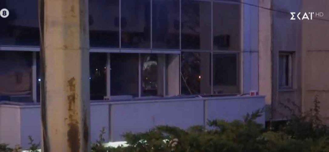 Επίθεση με μολότοφ από αγνώστους στον ΣΚΑΪ. Η επίθεση έγινε στις 3 τα ξημερώματα από 4 άτομα, που έριξαν 3 μολότοφ στον όμιλο του ΣΚΑΪ στο Φάληρο.