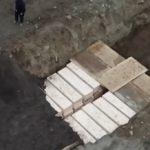 Κορωνοϊός: Εικόνες σοκ- Χιλιάδες νεκροί θάβονται σε ομαδικούς τάφους