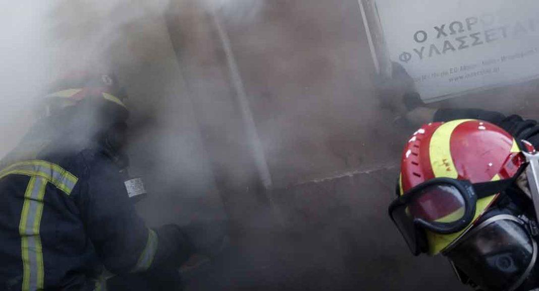 Μεγάλη φωτιά ξέσπασε σε διαμέρισμα στα Πατήσια και έτσι στο σημείο βρίσκεται ισχυρή δύναμη της Πυροσβεστικής.