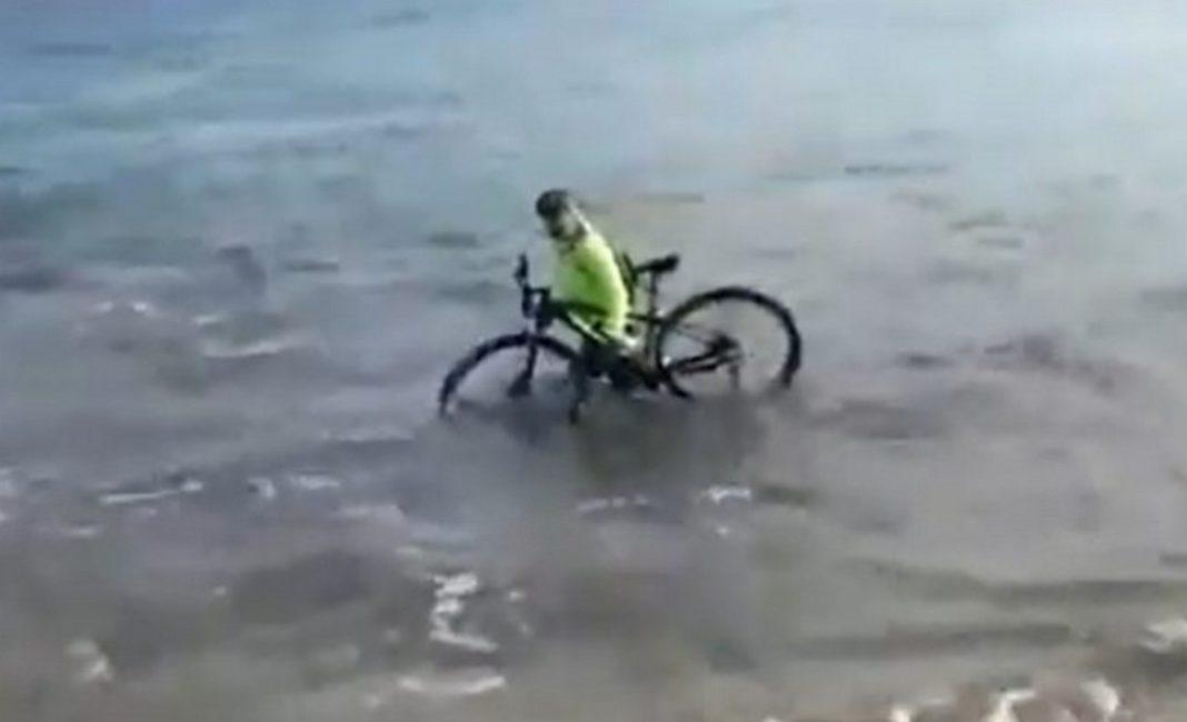 Οι αστυνομικοί που πλησίασαν τον ποδηλάτη που έκανε ποδήλατο σε παραλία της Απουλίας στην Ιταλία