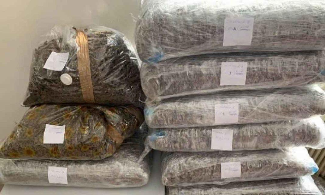 Στο αυτοκίνητο του βρέθηκαν 100 κιλά κάνναβη συσκευασμένα σε 11 δέματα, τα οποία κατασχέθηκαν μαζί με ένα κινητό τηλέφωνο.