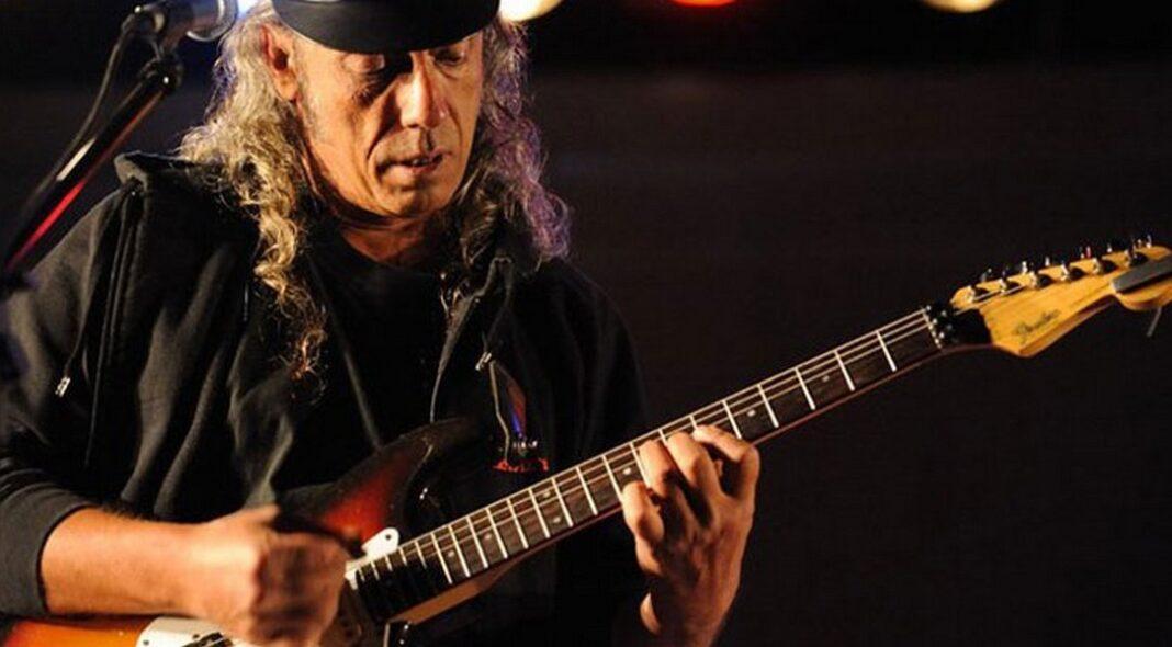Πέθανε πριν λίγες ώρες σε ηλικία 63 ετών ο τραγουδιστής Νίκος Σπυρόπουλος. Την είδηση του θανάτου του, έκανε γνωστή