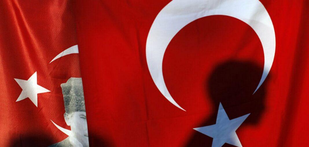 Απειλεί το τουρκικό υπ. Άμυνας: «Θα σπάσουμε τα χέρια όσων έκαψαν την τουρκική σημαία»