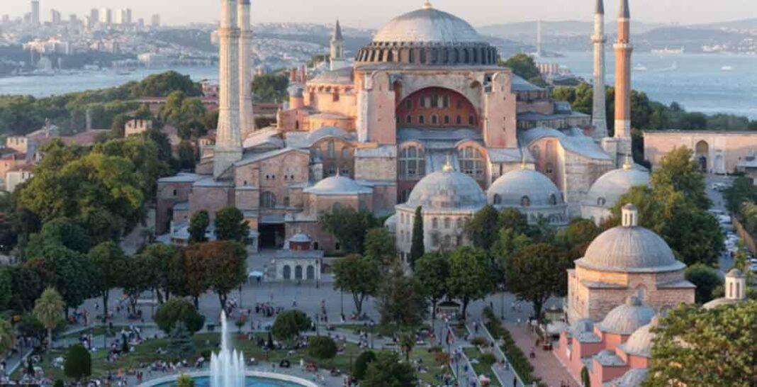 Άνοιξαν στις 10 το πρωί οι πύλες της Αγιάς Σοφιάς, η οποία από σήμερα, 24 Ιουλίου 2020, αρχίζει να λειτουργεί πλέον ως τζαμί, έπειτα