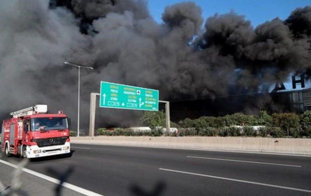 Μεγάλη πυρκαγιά εκδηλώθηκε λίγο πριν τις 7 το πρωί σε εργοστάσιο πλαστικών στη Μεταμόρφωση Αττικής, στον παράδρομο