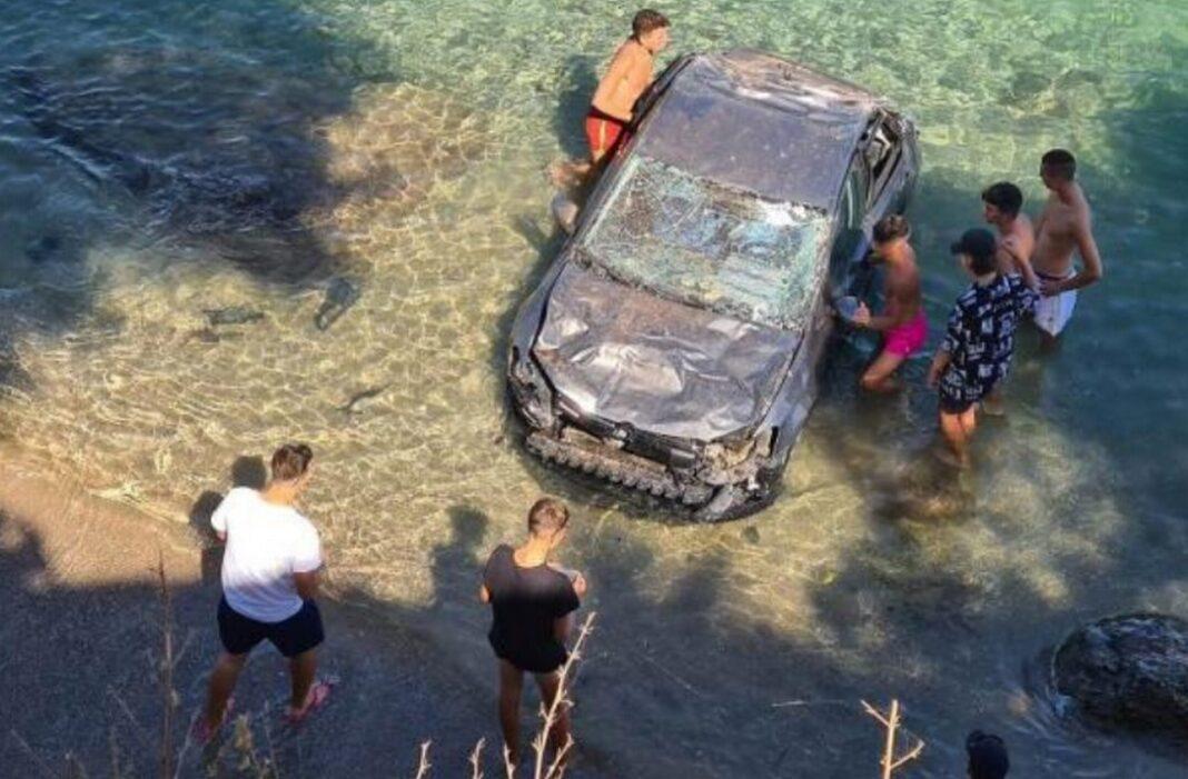 Έπεσε από τον γκρεμό στη θάλασσα της Βάρκιζας! (βίντεο)