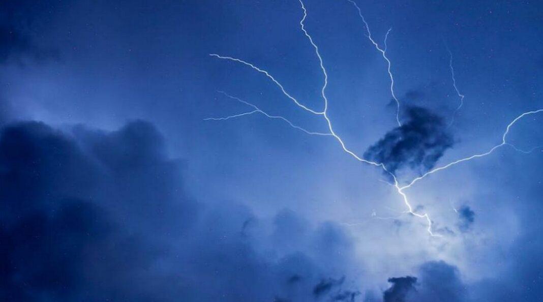 Κρήτη-Κεραυνός «έσκασε» πάνω σε πυλώνα της ΔΕΗ (VIDEO)