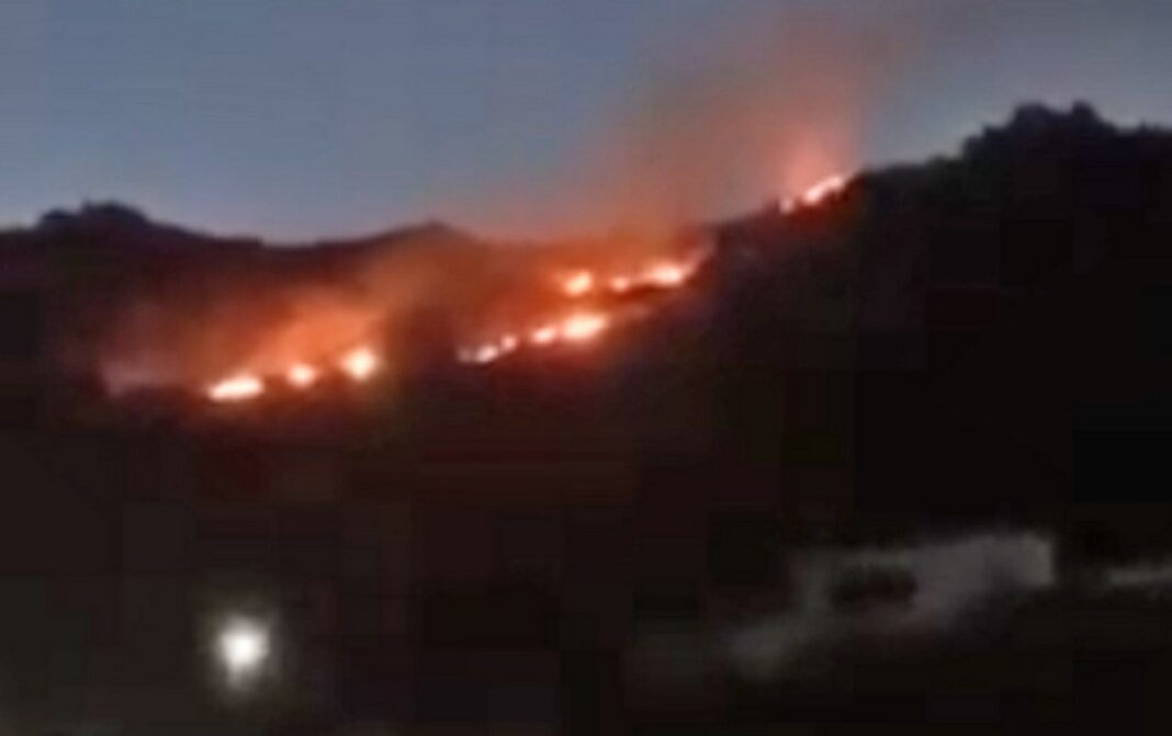 Mεγάλη φωτιά στη Μύκονο, στην περιοχή Μαού