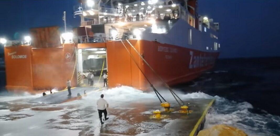 Πάλεψε με τα κύματα για να δέσει στη Σίκινο το καράβι- Συγκλονιστικό βίντεο!