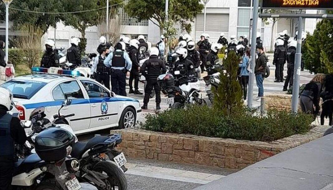 Νέα Σμύρνη: Πορεία στους δρόμους μετά την επίθεση αστυνομικών σε πολίτες στην πλατεία