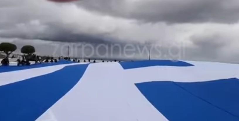 Η μεγαλύτερη σημαία στην ελληνική επικράτεια έκανε την εμφάνισή της σήμερα το πρωί στη Σαντορίνη, ανήμερα της εθνικής επετείου της 25ης Μαρτίου